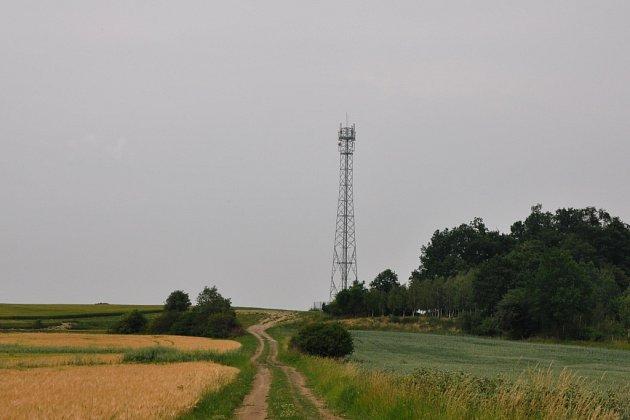 Bítovany stavbu vysílací věže ve svém katastru odmítli, nyní přesto stojí na hranicích obce v Orli.