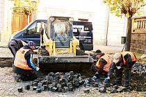 OPRAVA DLAŽBY na několika místech Resselova náměstí přijde celkem na 495 410 korun včetně DPH.