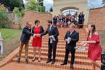 Po dvouměsíční karanténě začíná ožívat spolkový a společenský život. Známá píseň Karla Hašlera Po starých zámeckých schodech v podání pěveckého sboru Slavoj Chrudim veřejnosti v sobotu slavnostně otevřela rekonstruované historické schody ze zámku v Chra