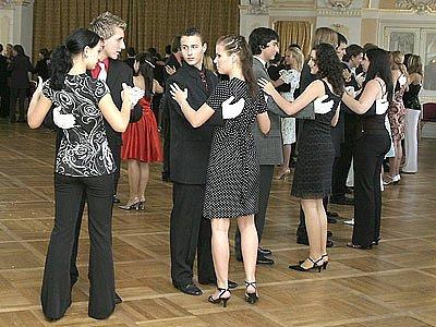 Mnoho podzimních víkendů patřilo v chrudimském muzeu kurzům tance a společenského chování.