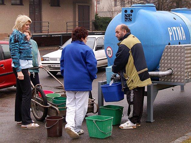 Přistavená cisterna je pro obyvatele sídliště momentálně jediným zdrojem pitné vody.