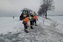 Chrudimští a hrochovotýnečtí hasiči odstraňují sníh ze silnice u Kočí