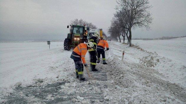 Chrudimští a hrochovotýnečtí hasiči odstraňují sníh ze silnice uKočí