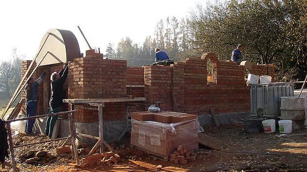 Stavba nové kaple na Veselém Kopci.