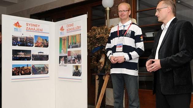 Vernisáž výstavy Romana Málka (vlevo) proběhla za účasti  radního Pardubického kraje Miloslava Macely (vpravo.)