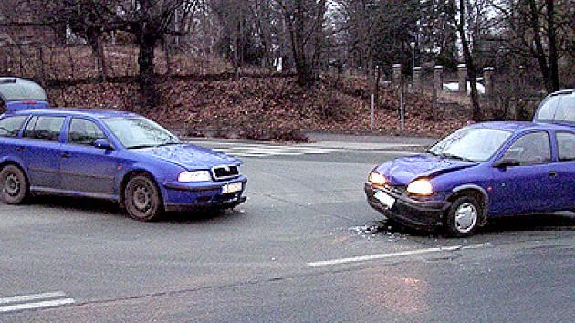 Řidička vozidla značky Škoda Octavia nedala přednost řidiči automobilu Opel Corsa.