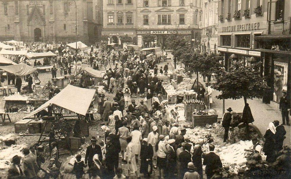 Stánkový prodej na Riegrově náměstí o Salvátorské pouti v roce 1926
