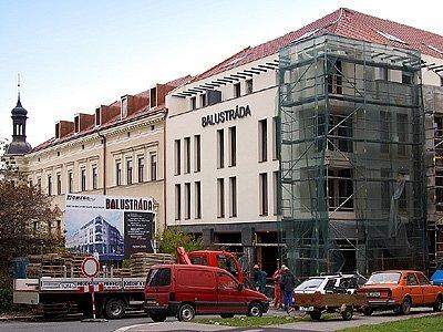 V několikapodlažní budově budou obchody i byty.