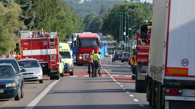 Řidič skútru srazil ve Slatiňanech na přechodu chodce, který musel být letecky transportován do nemocnice.