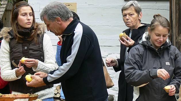 Návštěvníci si pochutnávali na bramborách na loupačku.