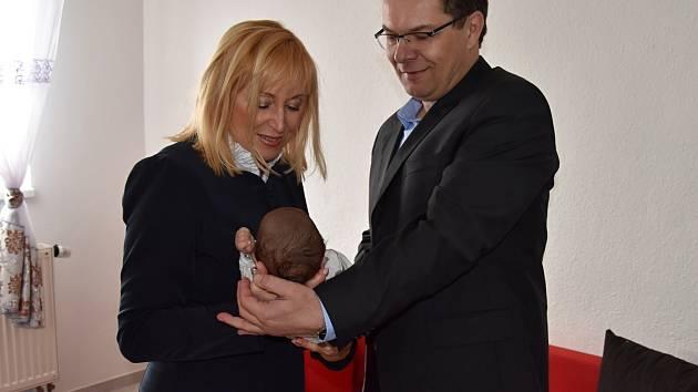 Krajští radní na návštěvě rodiny malého Sebastiána v Heřmanově Městci.