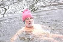 Pro otužilce Františka Zítka nepředstavuje ledová voda nad splavem u Janderova žádnou překážku.