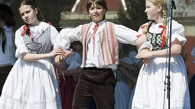 Sokolové ve Slatiňanech při oslavách stoleté výročí založení svého spolku.