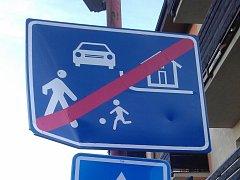 Vandalové řádili poslední den roku 2012 v Družstevní ulici ve Skutči.