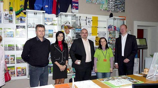 NÁVŠTĚVA INFOCENTRA V ŽILINĚ se stala pro chrudimského místostarostu Romana Málka (zcela vpravo) a jeho kolegy z Olomouckého a Jihomoravského kraje zdrojem inspirace.