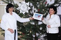 Věra Balcarová (vpravo) předává certifikát předplatného Chrudimského deníku lékařce Marii Blažkové.