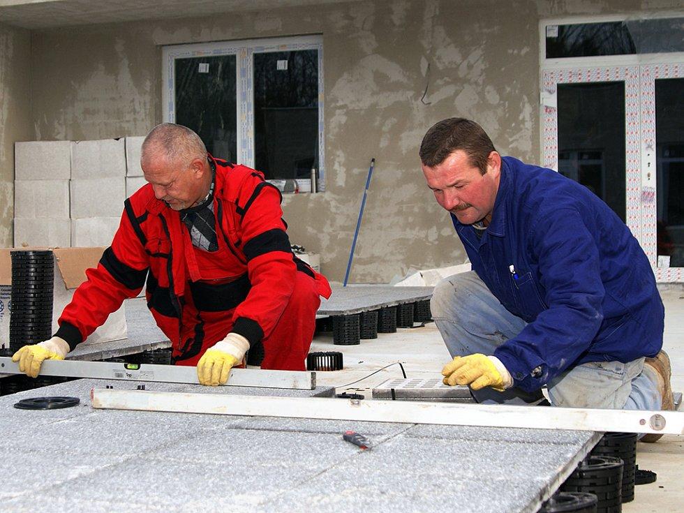 Práce na stavbě hospice pokračují.