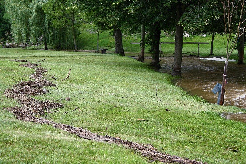 V pietním místě Ležáky na Chrudimsku došlo k propadnutí části hráze rybníka Ležák nad Švandovým mlýnem. Během bouře silný vítr vyvrátil také řadu stromů, část pietního území byla ráno opět zatopená. V Ležákách kromě protržené hráze nic neobvyklého.