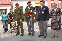 Zástupci klubu  výsadkových veteránů při 43.výsadkovém mechanizovaném praporu Chrudim spolu s příslušníky tohoto praporu si ve středu připomněli památku generálmajora Stanislava Uchytila