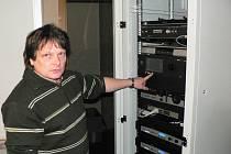 Technik Pavel Adámek ovládá mistrně techniku digitálního kina.   Pomocí 3D brýlí vnímá divák všechny prostorové efekty ve filmu.
