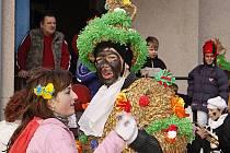Veselý průvod masek a maškar prošel při tradiční masopustní obchůzce Včelákovem.