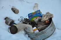 Leden 2010: Na příkopy u Krouny není pěkný pohled, za nepořádníky tu znovu uklidí obec.