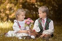 Slatiňanské pozastavení, během nějž se děti ocitly i v roli účinkujících, stejně jako ratolesti ze slatiňanského folklorního souboru Sejkorky.