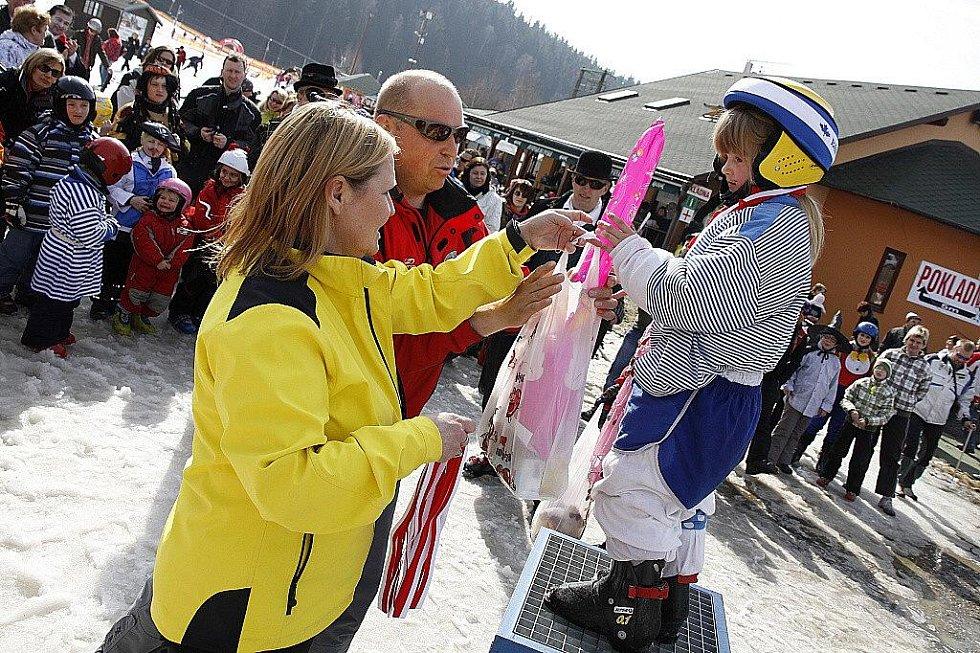 Vyznavači lyžování na sebe tentokrát vzali na hlinecké sjezdovce poněkud netradiční podobu.