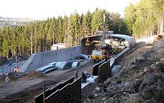 PRÁCE NA PŘEMOSTĚNÍ červené sjezdovky se v Hlinsku uskutečnily v roce 2006. Časem by tu podobným přemostěním rádi prodloužili i modrý svah určený pro méně zdatné lyžaře.