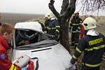 Namrzající mlha a mrholení udělaly ze silnic v okrese ve středu 13. března ledové kluziště. Policisté šetřili desítky nehod, u té nejvážnější v Čankovicích zasahoval i vrtulník Letecké záchranné služby.