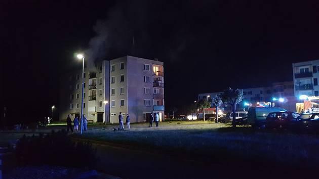 V Seči hořela bytovka, deset lidí evakuováno