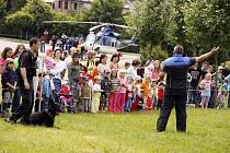 NOHY NAHOŘE A HLAVY DOLE měly děti, které si vyzkoušely simulaci dopravní nehody ve žlutém automobilu.