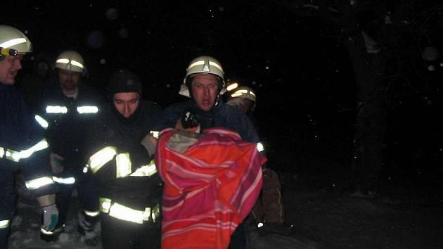 Hasiči pomohli zdravotníkům se záchranou tříletého chlapce.