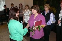 Druhá oceněná křesadlem Jitka Pešková, blahopřeje Hana Chmelíková.