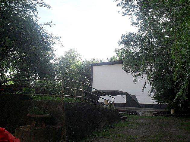 Areál bývalého letního kina v Chrudimi.