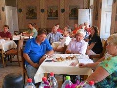 Účastníci setkání místní akční skupiny Skutečsko, Košumbersko a Chrastecko v jednacím sále radnice.