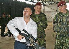 Místopředseda vlády a ministr obrany Martin Barták navštívil 43. výsadkový mechanizovaný prapor v Chrudimi. Po setkání s představiteli města si a jednání s velitelem praporu si prohlédl prostory útvaru a výsadkový výcvik.