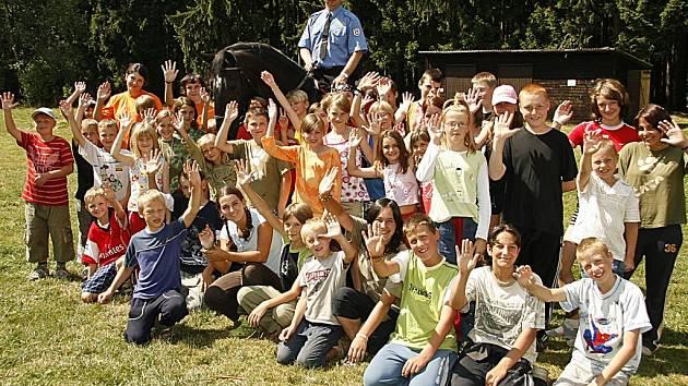 Strážníci pardubické městské policie potěšili svou návštěvou děti na táboře ve Svratouchu.