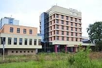 Prostor budoucího parkoviště před Hotelem Bohemia dál zarůstá plevelem.