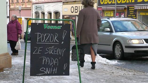 S tabulkou upozorňující na hrozící nebezpečí se setkají lidé i v chrudimské Široké ulici. Je však potřeba dát pozor i na klouzající chodníky.