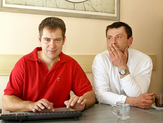 Martin Hosták (vlevo) a David Pospíšil odpovídají na dotazy čtenářů Chrudimského deníku.