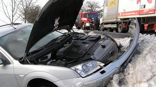 Jednotky HZS Pardubického kraje pomáhají se sněhovými převisy i s vytahováním zapadlých aut z příkopů