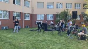 Při nedělním odpoledni hrála v areálu Chrudimské nemocnice kapela Police Symphony Orchestra zdravotníkům i pacientům do oken