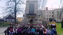 Děti z Prachovic vyrobily výzdobu k pomníku padlých.