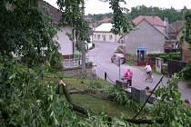 JAK KONEC SVĚTA. Ranní obrázky z Bítovan. Tady zanechala včerejší bouřka opravdovou spoušť. Spadlý strom zničil i pomník nad silnicí, část desky odlétla.