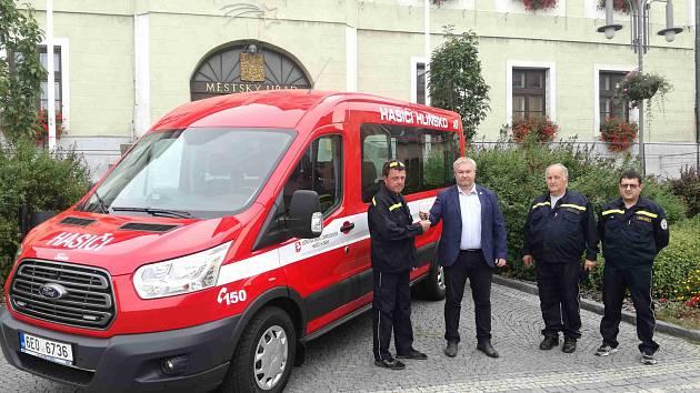 Hlinečtí hasiči dostali nový automobil