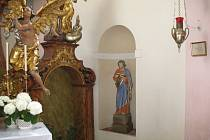 Svatý Petr už stojí ve výklenku presbytáře.