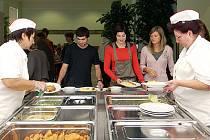 Plné ruce práce měly včera kuchařky Gymnázia Josefa Ressela v Chrudimi při premiéře rekonstruované školní kuchyně a jídelny.