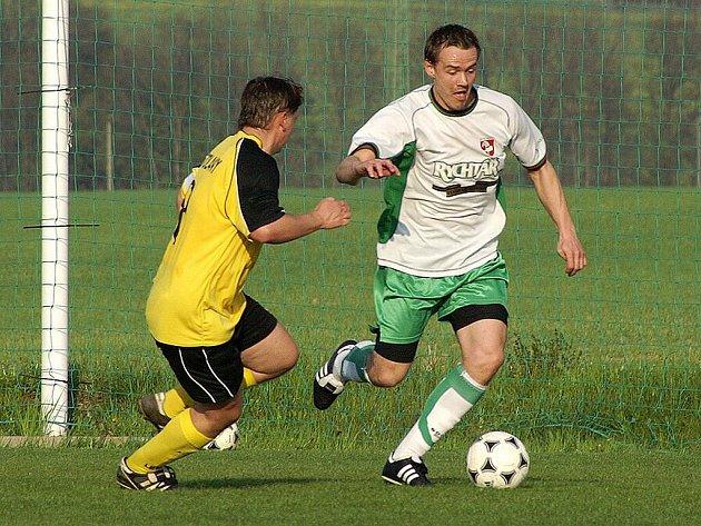 Stolany porazily ve vloženém derby utkání KP fotbalisty Hlinska doma 2:1.