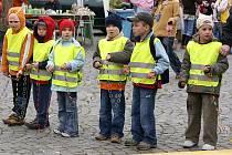 Oslavy Dne Země na Resselově náměstí vyvrcholily překonáním národního rekordu. Dvě místní mateřské školy vytvořili nejdelší Duhový náramek pro zemi.